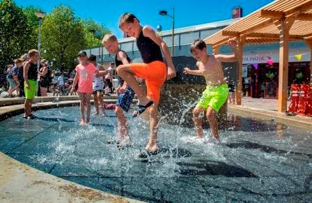 Foto spelende kinderen in de fontein op het Zilverschoonplein tijdens de opening zomer 2019